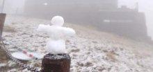 Fotografie: Na Sněžce vyrostl sněhulák, sněží a je -1°C