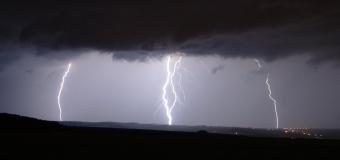 Odpoledne a večer pozor na silné bouřky s možností krupobití
