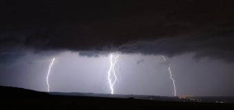Pozor na silné bouřky s přívalovým deštěm a kroupami