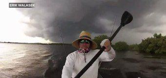 Kanoistu v USA zaskočila bouřka – když byl v půli jezera